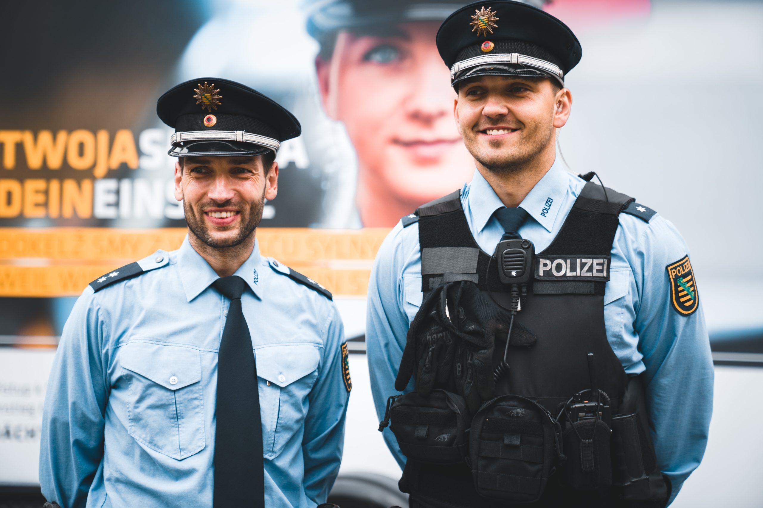 Bild von zwei Polizisten, die Sorbisch sprechen.